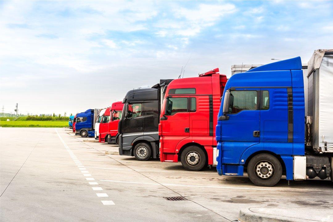camion parcheggiati in fila